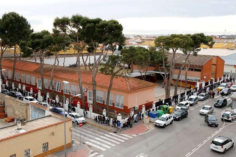 Una cadena humana rodea el colegio La Milotxa. EPDA