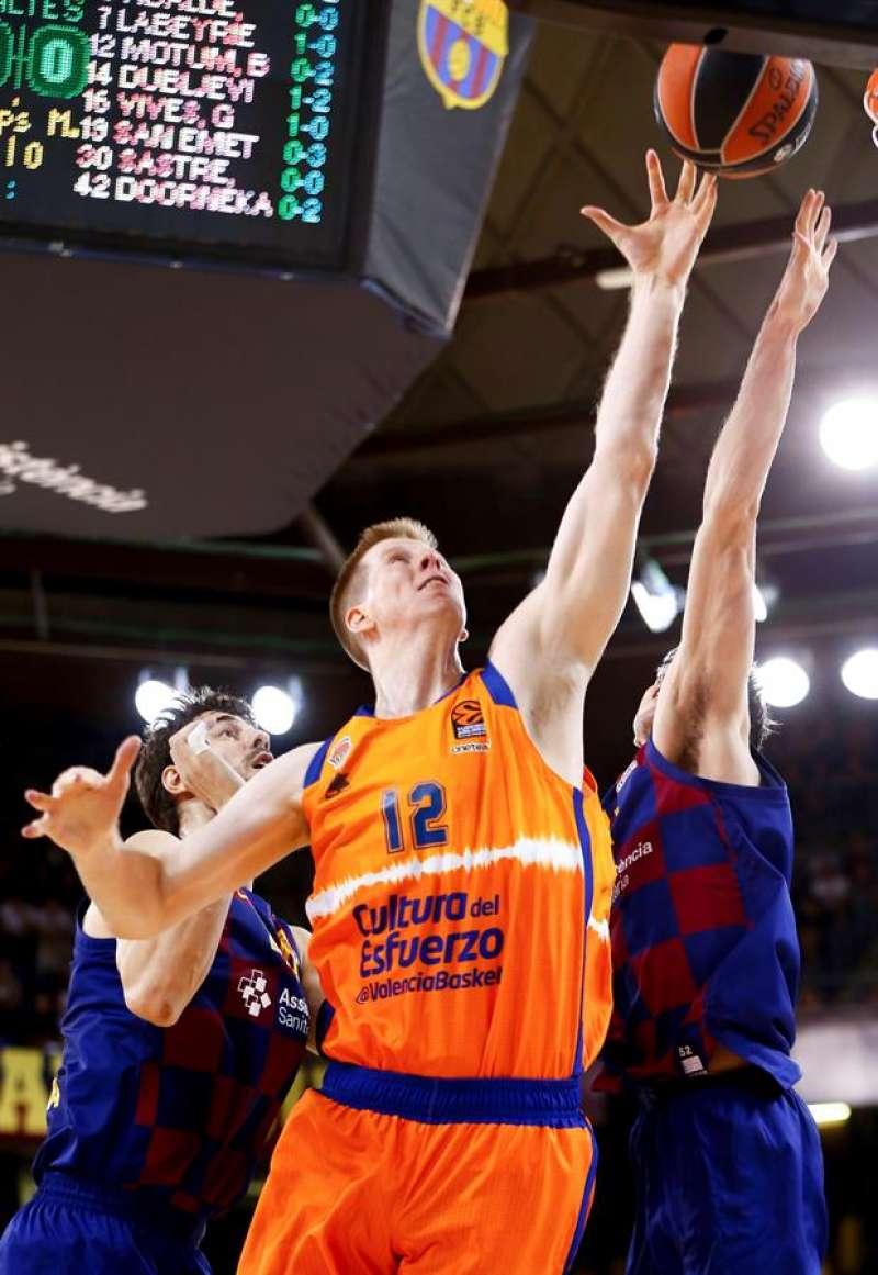 Basket Brock Motum lucha con el croata Ante Tomic. EFE/ Enric Fontcuberta.