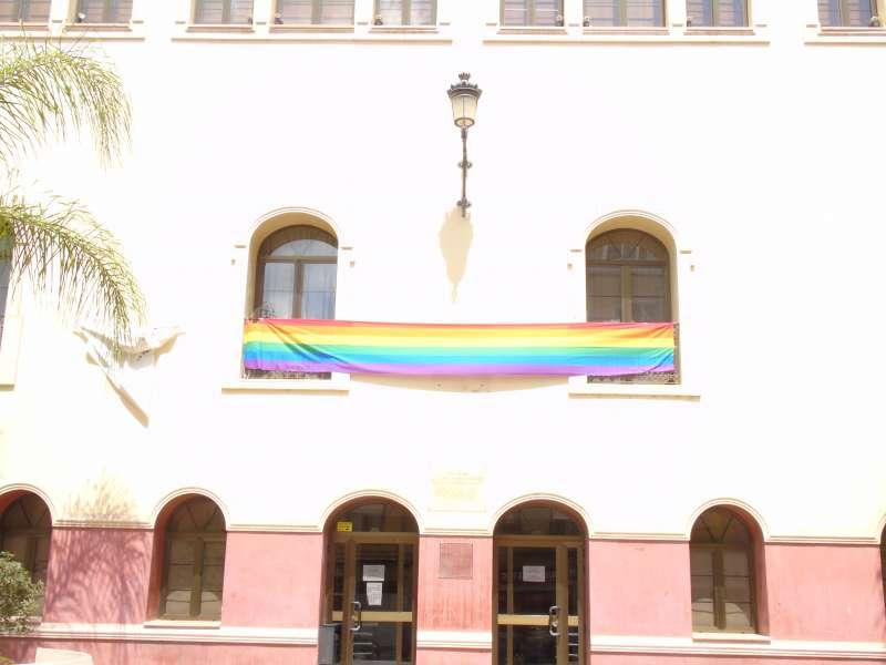La bandera LGTB a la Casa de Cultura de La Pobla de Vallbona. //EPDA