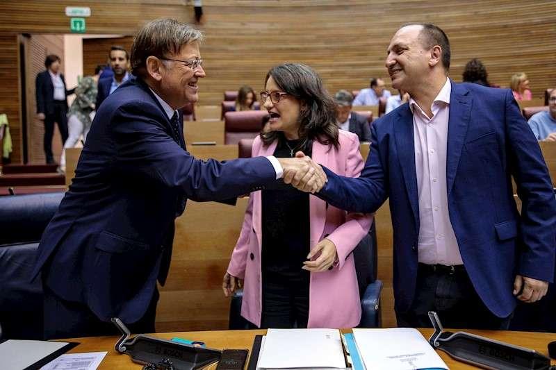 Ximo Puig, Mónica Oltra y el vicepresidente segundo del Consell y conseller de Vivienda y Arquitectura Bioclimática durante el pleno de Les Corts. EFE