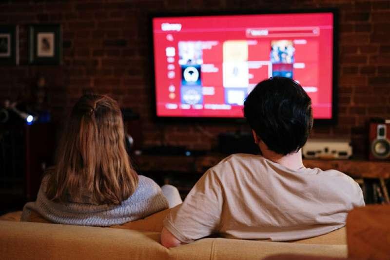 Una pareja viendo una serie. EPDA