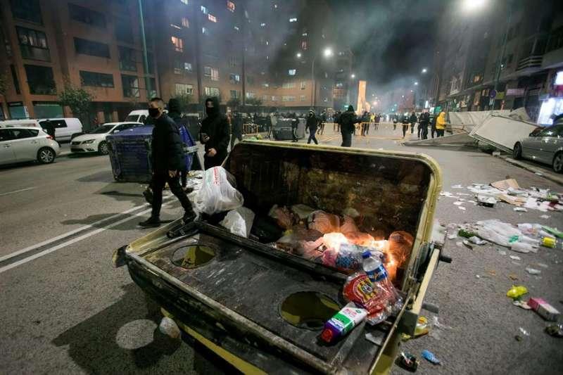 Más de un centenar de personas han protagonizado esta noche graves disturbios en la ciudad de Burgos, especialmente en el barrio de Gamonal, con violentos enfrentamientos con la Policía, lanzamiento de piedras y quema de más de cien contenedores. EFE/Santi Otero