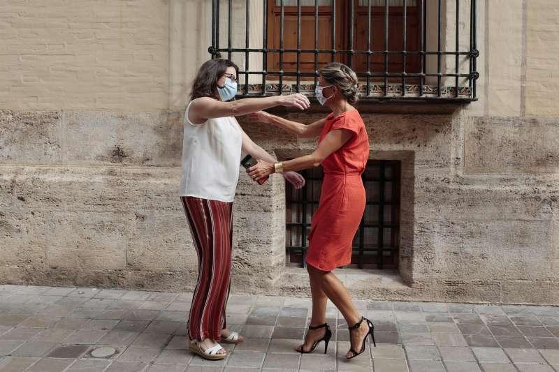 Mónica Oltra saluda a Yolanda Díaz momentos antes de la reunión que han mantenido ayer en Valencia.