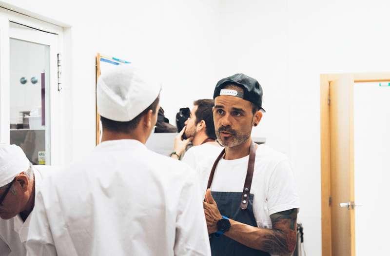 Juan Llorca formando a los cocineros del grupo educativo IALE. EPDA