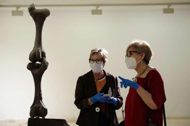 Imagen de archivo de dos personas contemplando una obra de Jorge Peris, en el IVAM de Valencia, que abrió sus puertas en el primer día de la fase 1 de desescalada.EFE/ Ana Escobar