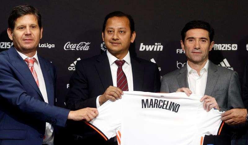 Marcelino García Toral junto al presidente del club, Anil Murthy y el director general del Valencia CF, Mateo Alemany. EFE/Archivo