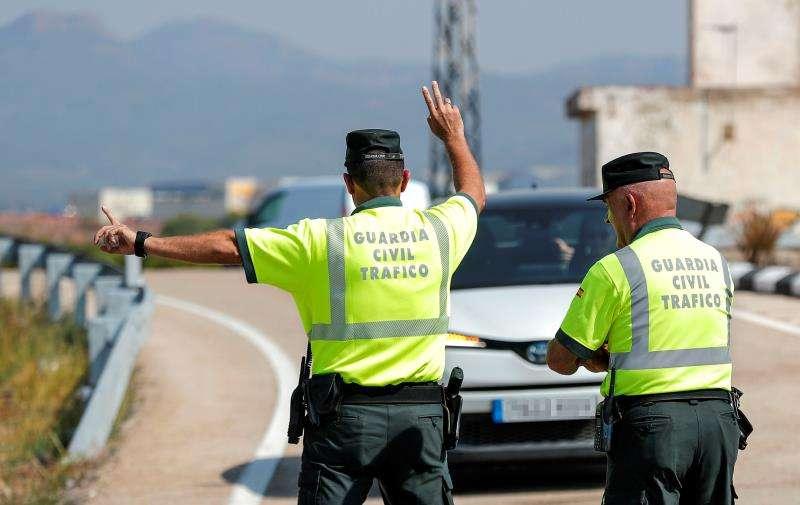 Un agente de la Guardia Civil de Tráfico da el alto a un vehículo durante un control de velocidad. EFE/Archivo