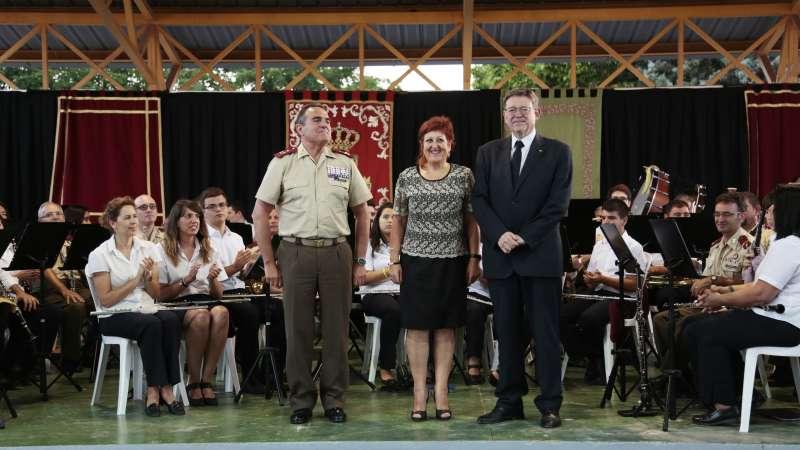 El teniente general jefe del Cuartel General Terrestre de Alta Disponibilidad; la teniente alcalde del Ayuntamiento de Marines, y el president de la Generalitat Valenciana. EPDA