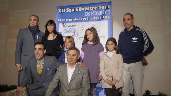 Foto de grupo junto a las ganadoras del dibujo y los atletas. EPDA