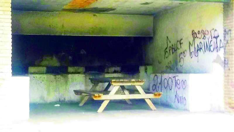 Estado de uno de los paelleros de la zona recreativa de Santo Espíritu en Gilet. EPDA
