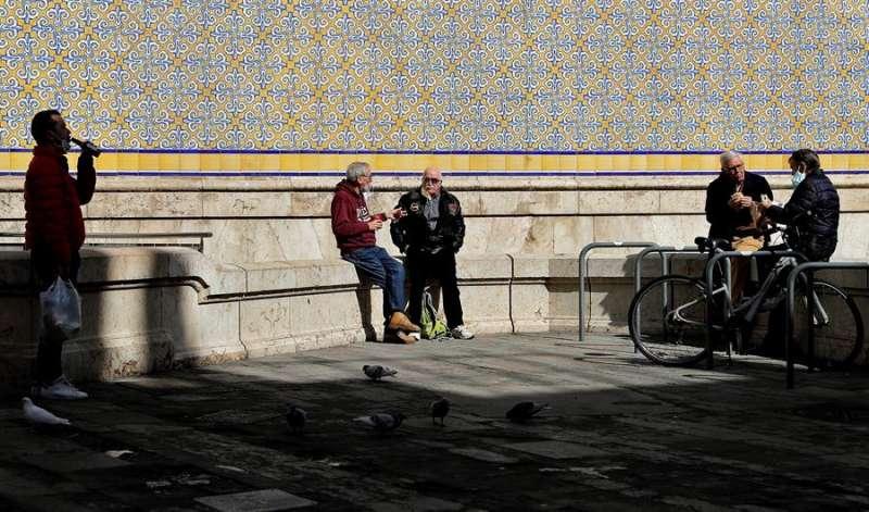 Un grupo de personas conversan en una plaza de València. EFE