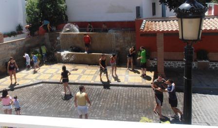 Las altas temperaturas obligan a los niños a remojarse en una fuente. FOTO ENCARNA BENÍTEZ