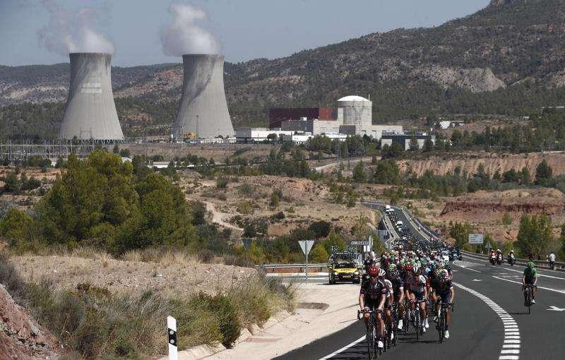El pelotón pasa junto a la central nuclear de Cofrentes durante una etapa de la Vuelta Ciclista a España. EFE/Archivo