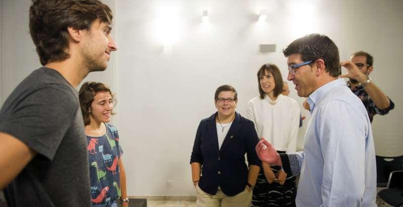 Jorge Rodríguez con jóvenes participantes en Sona la Dipu.