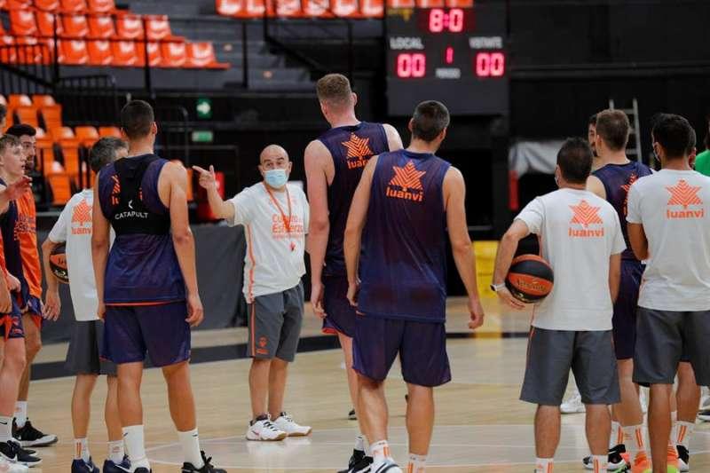 El técnico del Valencia Basket, Jaume Ponsarnau, conversa con sus jugadores tras un entrenamiento, en una imagen reciente. EFE/Manuel Bruque
