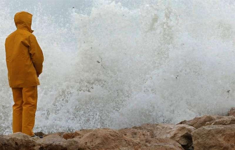 Imagen de archivo de un día de oleaje en Alicante. EFE