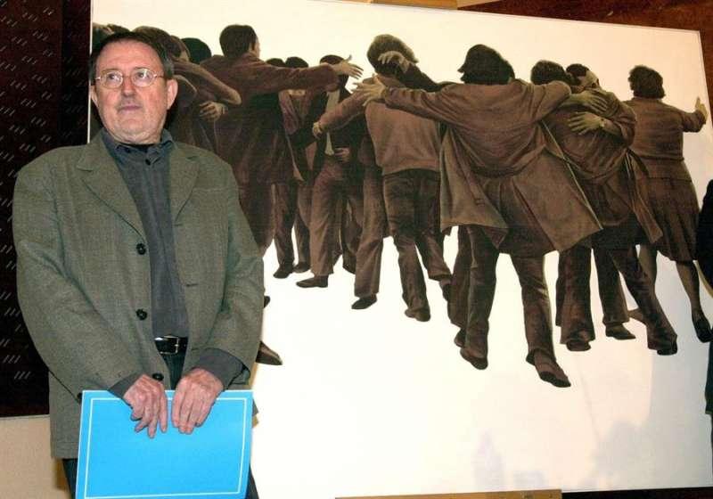 El fallecido pintor Juan Genovés posa junto a su obra
