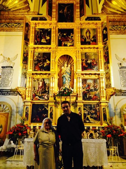 Sor María Rosario con Lisardo Castelló, cura párroco. FOTO: EPDA