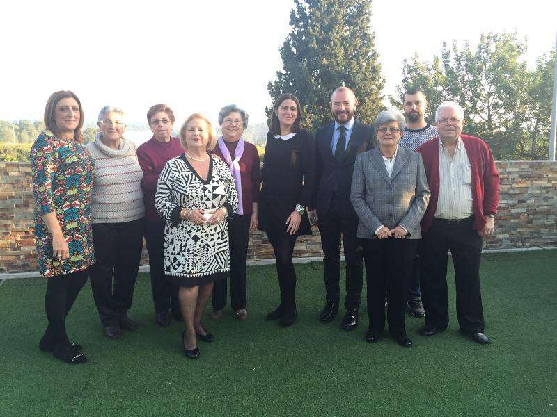 El vicepresidente de la Diputación, la alcaldesa y concejales con los jubilados. EPDA