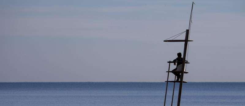 Un hombre contempla un mar en calma. EFE/Archivo