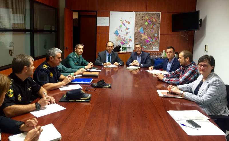 Valderrama junto a los representantes del Ayuntamiento de La Pobla y las fuerzas de seguridad. //EPDA