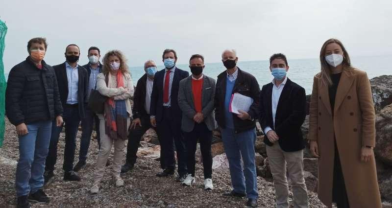 La delegación durante su visita a la playa de Almardà con la asociación vecinal. / EPDA
