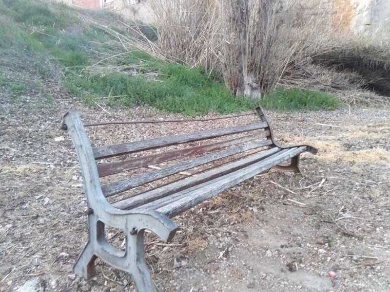 El mobiliario urbano deteriorado del barranco de la Reina