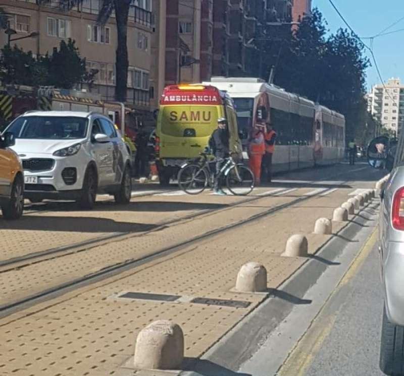 Imagen del lugar del suceso, con el tranvía detenido y la ambulancia