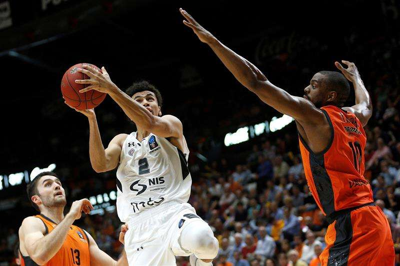 El ala pivot estadounidense del Valencia Basket Will Thomas (d) defiende al base estadounidense del Partizan de Belgrado Marcus Paige en el partido de la Eurocopa de baloncesto que se disputó en el Pabellón de la Fuente de San Luis. EFE