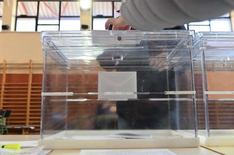 Una urna en un colegio electoral. EFE/Archivo