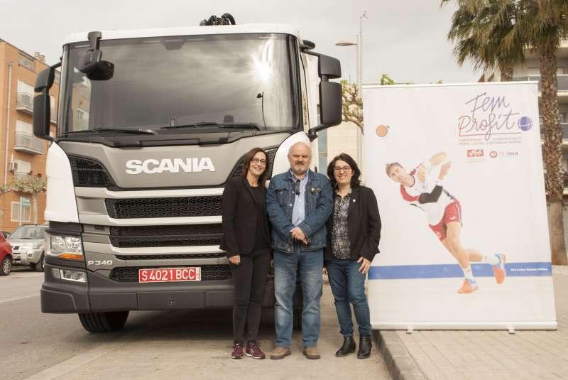 Responsables de la Mancomunitat con los camiones. EPDA