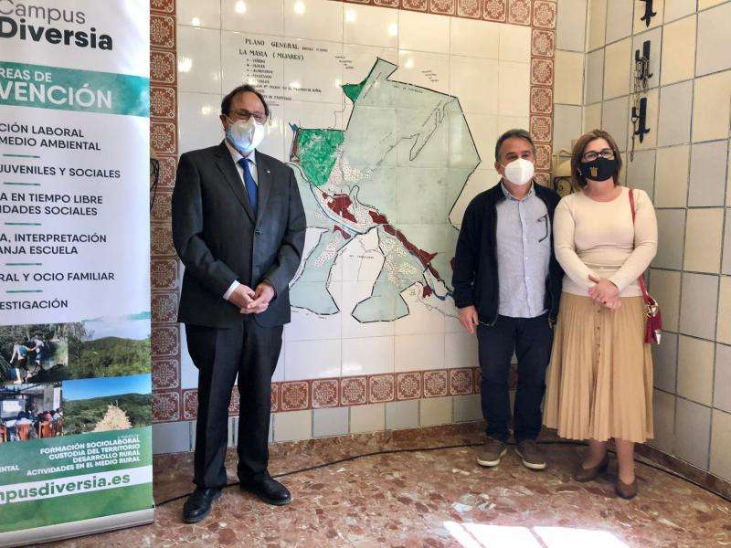 La alcaldesa de Buñol, Juncal Carrascosa, junto al conseller de Hacienda, Vicent Soler y el responsables de Buinsa
