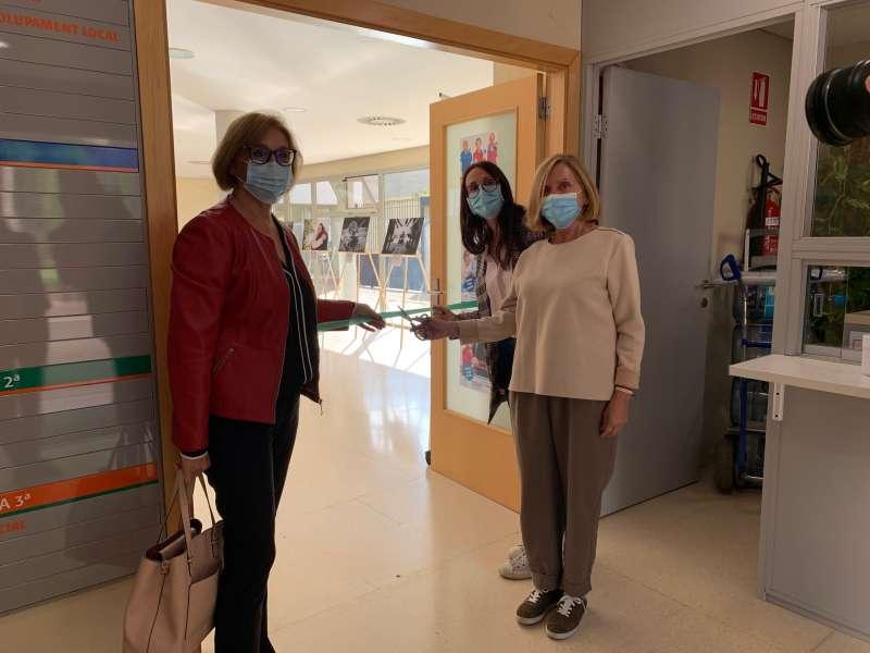 La presidenta de la Mancomunitat, Lola Celda y la alcaldesa de Bétera, Elia Verdevío, cortando la cinta para inaugurar la muestra. / EPDA