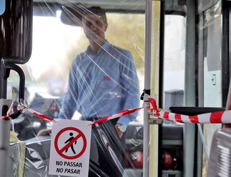 Emilio Gómez conduce un autobús de la línea 71 de la EMT de València. EFE/ Manuel Bruque