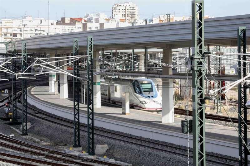 Salida de un tren AVE de la estación Joaquín Sorolla de València. EFE/Ana Escobar