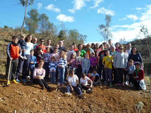 Los participantes en el Día del Árbol de Algar de Palancia. EPDA