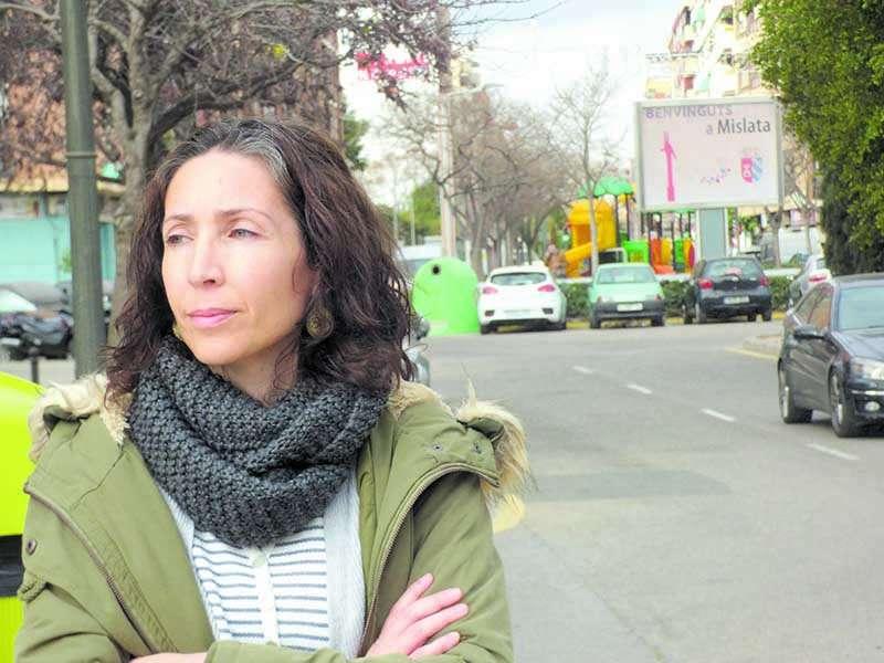 Pepa reside en un barrio de València pero hace vida en Mislata a falta de servicios y centro social en el suyo. Foto: Forés