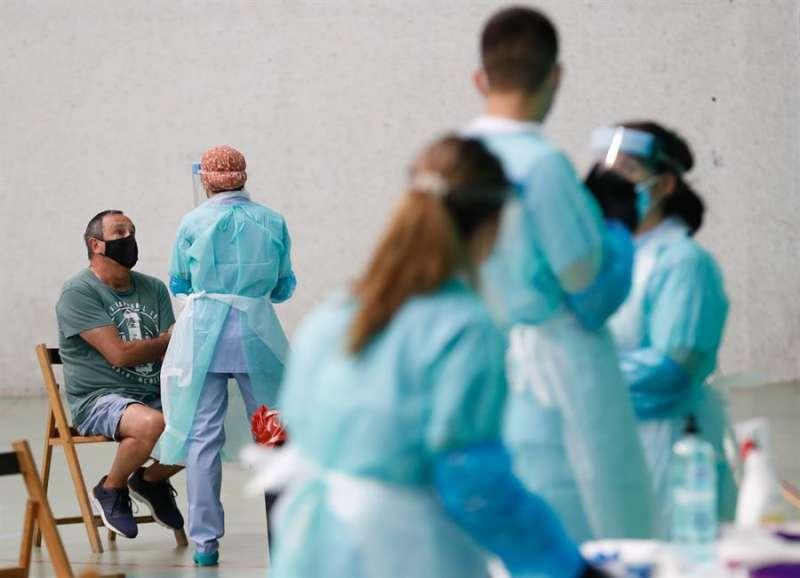 Imagen de archivo de sanitarios realizando pruebas de coronavirus./ EPDA