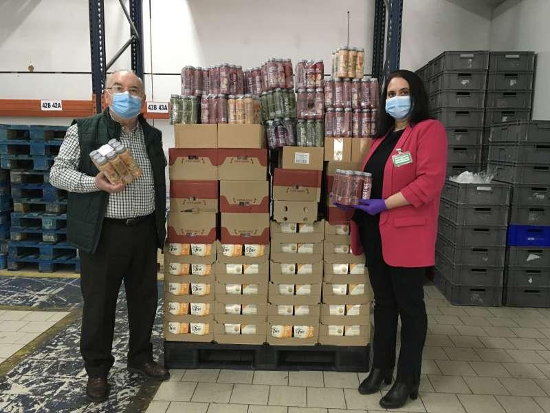 Representantes del Banco de Alimentos de Castellón y de Mercadona durante la entrega