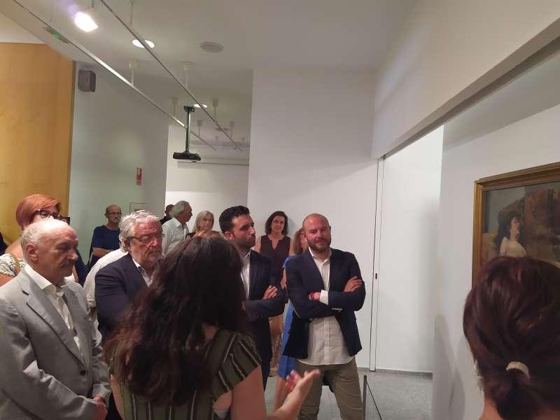 El presidente de la Diputació, Toni Gaspar, el alcalde de Sagunt, Darío Moreno, y el presidente de la Fundación Bancaja, Rafael Alcón durante la visita guiada de la exposición. EPDA