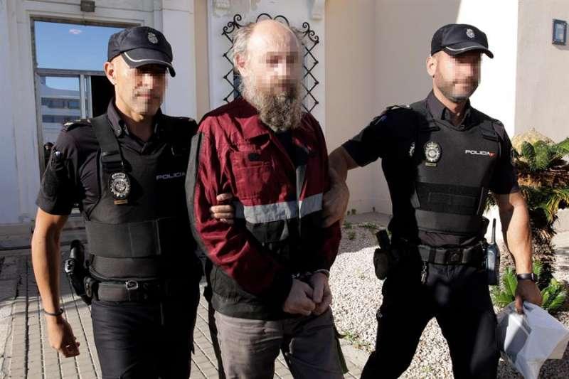 El detenido es conducido desde la Comisaría a los juzgados de Dénia para ser interrogado por el juez. EFE/ Natxo Francés