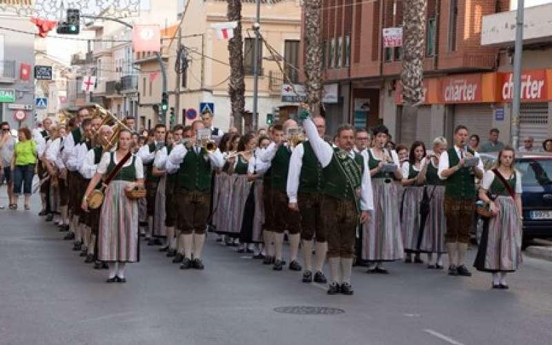 Desfilada dels músics de la banda austríaca. EPDA
