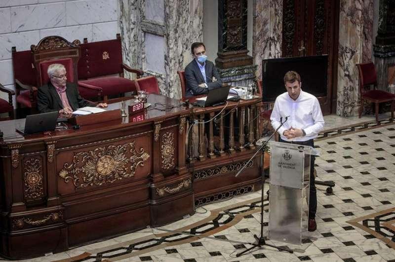 El representante de la plataforma de afectados por covid-19 Carlos Miñana, durante su intervención en una nueva sesión de comparecencias en la comisión para la reconstrucción de València tras la pandemia por coronavirus. EFE/Biel Aliño