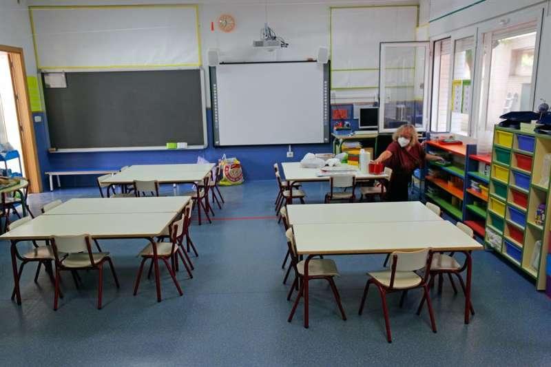 Una trabajadora limpia un aula de un colegio de València. EFE