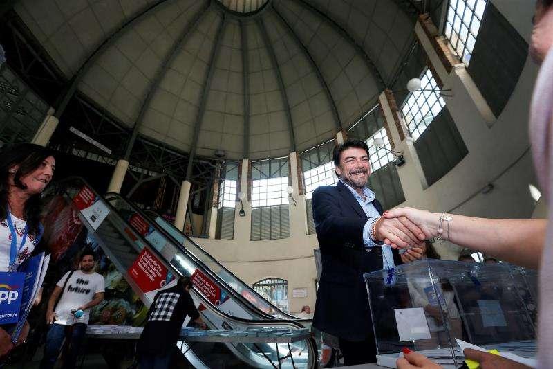 Luis Barcala ejerce su derecho a voto en el mercado de la ciudad. EFE