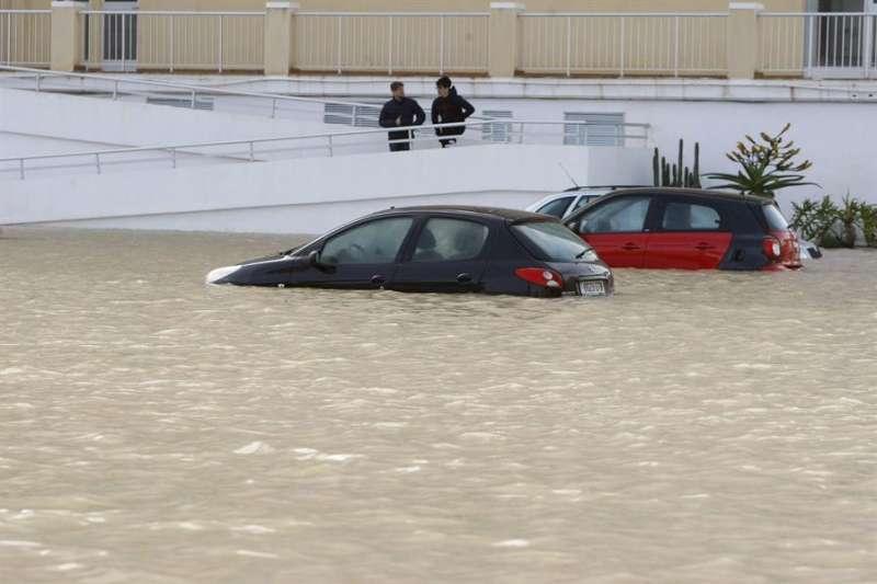 Vehículos atrapados por la crecida del río Segura en Alicante. EFE/Morell/Archivo