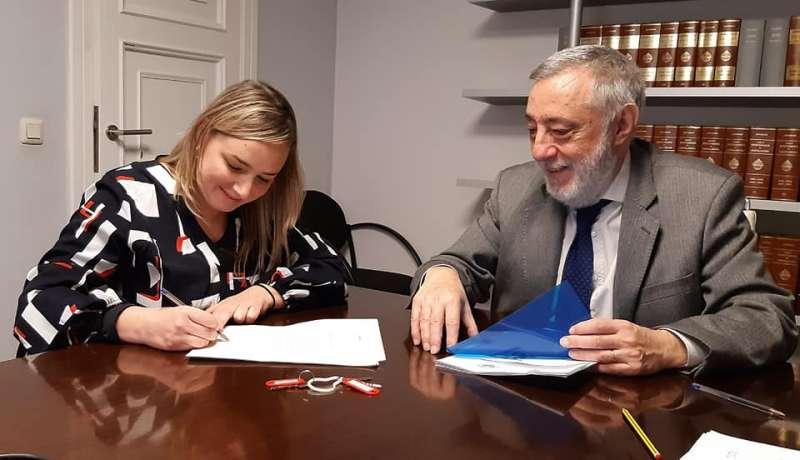 La alcaldesa en la firma del documento