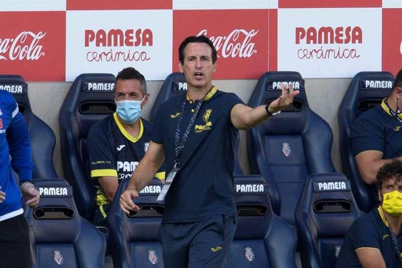 El entrenador del Villarreal CF Moi, Unai Emery da instrucciones a sus jugadores en el Estadio de la Cerámica. EFE/Archivo