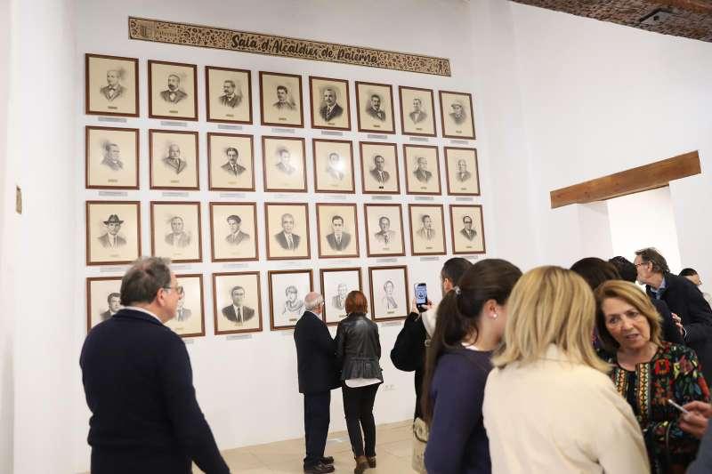 Los retratos de los diferentes alcaldes y alcaldesas de Paterna  colgados en el Casino de la Plaza del Pueblo.