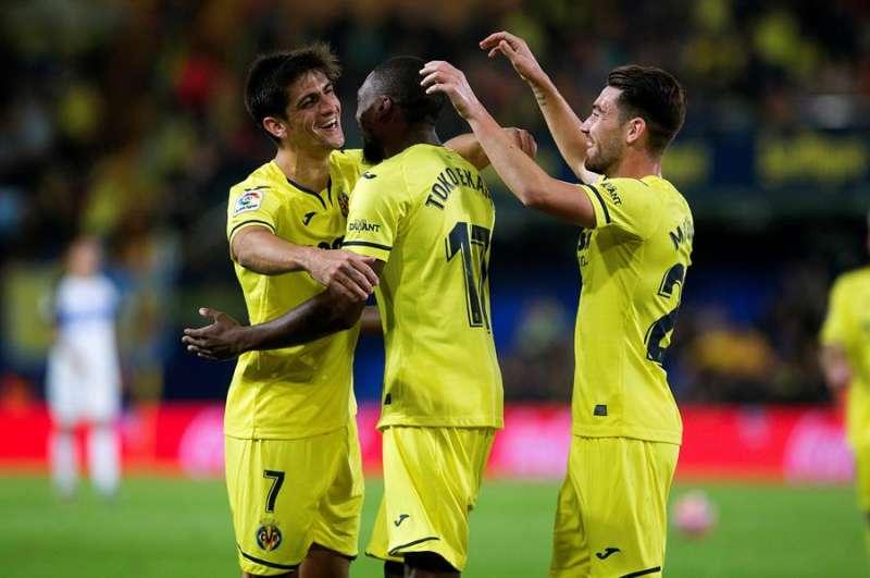 El delantero camerunés del Villarreal Karl Toko Ekambi (c) es felicitado por sus compañeros tras marcarl. EFE/Domenech Castelló